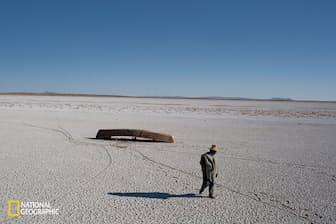 ボリビアの高地にあるポーポ湖。塩の結晶に覆われた湖底がかなたまで続く。ボートは放置され、魚や鳥は姿を消し、漁民はほかの土地へ移っていった(Photograph By Mauricio Lima/National Geographic)
