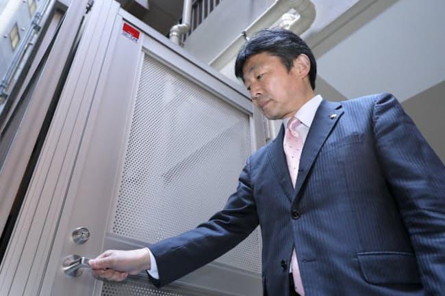 非常階段の施錠を確認(東京都千代田区のロイジェント九段)=遠藤 宏撮影