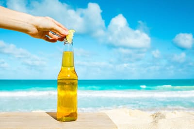 メキシコビールの「コロナ」は瓶にライムを入れて飲む?