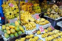 バナナの並ぶフィリピン・マニラのマーケット=PIXTA