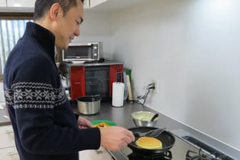 息子のおやつにホットケーキを作る。表面をパリッと焼くと大喜び