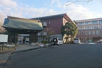 生徒は本城橋を渡って旧水戸城薬医門をくぐって通学する(茨城県水戸市)