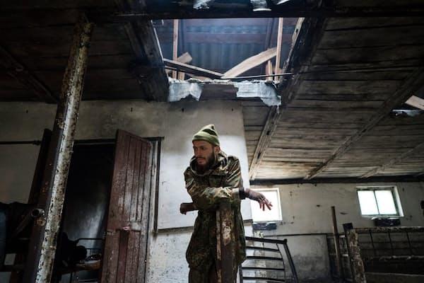 チェルノブイリの原発事故によって立ち入り禁止区域となったプリピャチへ向かうクニャーゼフ氏。途中、空っぽになった豚の飼育小屋でひと休み(PHOTOGRAPH BY PIERPAOLO MITTICA, PARALLELOZERO)