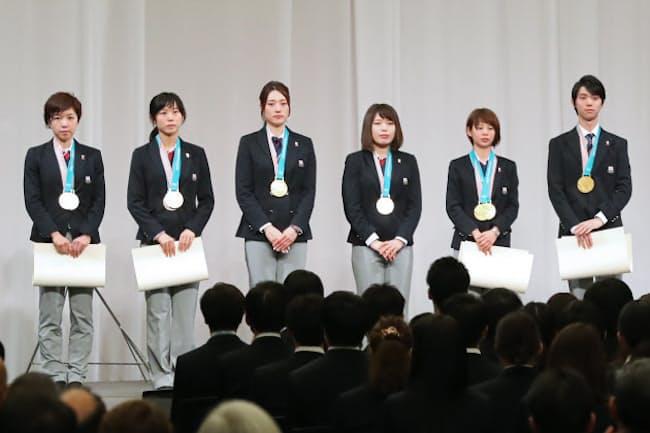 解団式ではメダリストにオリンピック特別賞とともに報奨金の目録も手渡した(2月27日、東京都港区)