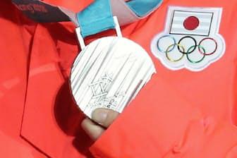 銀メダルを手に笑顔の高木美帆選手(13日午後、平昌)=山本博文撮影