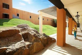 うねる芝生、岩が盛り上がる廊下。自然と一体化しているバワのホテル