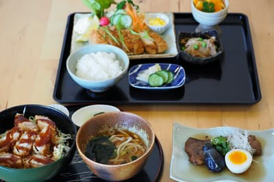 なすび食堂ではモロカツ丼(左)やフライ(奥)のほか、平日限定で煮付け(右)を提供する