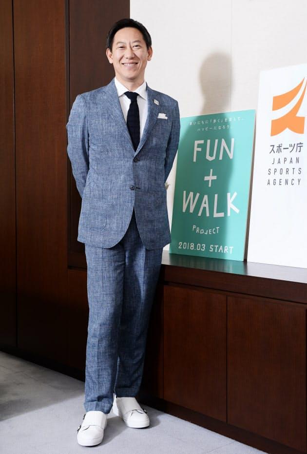 概念の提唱は2017年末に。2018年には当時のスポーツ庁長官・鈴木大地氏がスーツ×ホワイトスニーカーを披露して話題になりました。改めて当時の写真を見ると、ハードルを下げるためか、実は結構攻めたスニーカーに挑戦されているのが分かります。