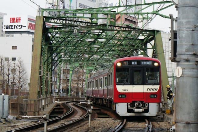 八ツ山橋を走る京浜急行電鉄のレール幅は1435ミリ(東京都品川区)