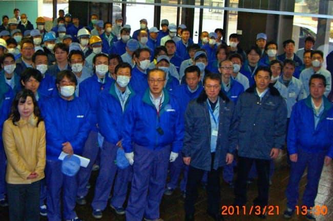 カルソニックカンセイ社長時、東日本大震災で被災した工場に駆け付けた呉氏(前列右から3人目)