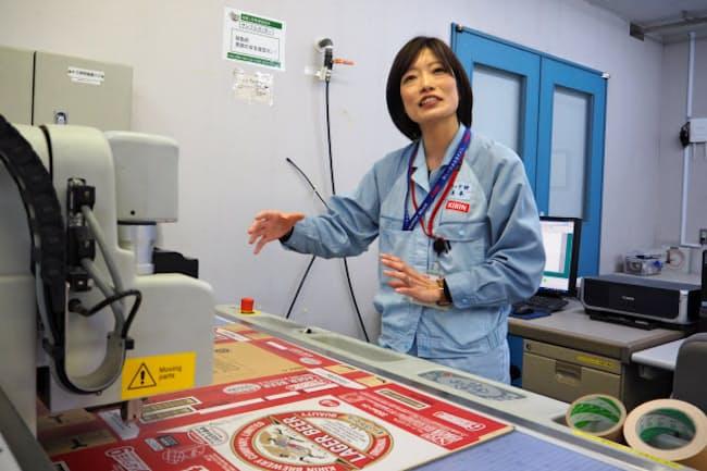 キリンの米本友華さんは環境に優しい容器・包装を研究している(横浜市鶴見区)