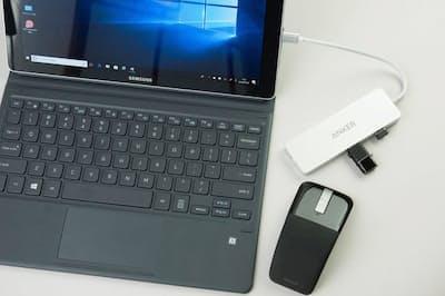 最近のモバイルノートにはUSB Type-C端子しかないことに不満の戸田覚氏。USB Type-Cアダプターを購入したら、長年の夢もかなったという (日経トレンディネットより)