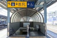 車いすで駅を利用する際、エスカレーターなどが遠くて大回りしなければならないケースが多い(写真はイメージ)=PIXTA