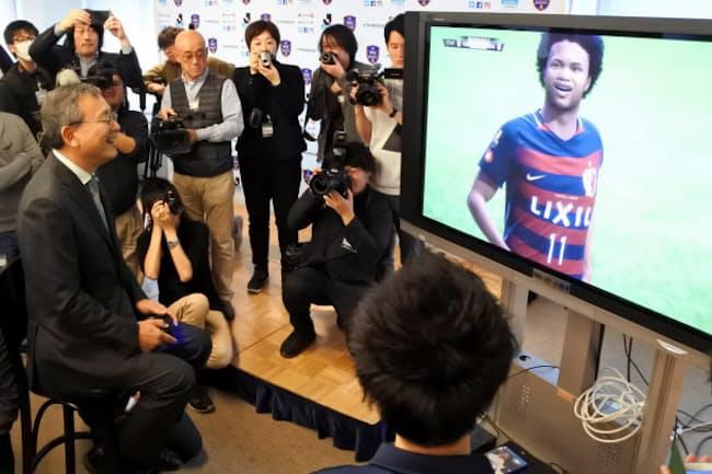 サッカーゲームをプレーするJリーグの村井満チェアマン(左端、3月9日に都内で開かれた記者会見で)