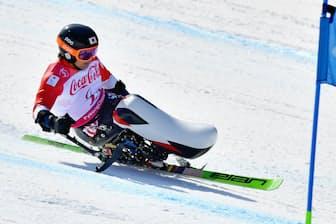 トヨタ自動車もチェアスキーの開発に加わった(3月10日、平昌パラリンピックの男子滑降座位で銀メダルを獲得した森井大輝選手)=共同