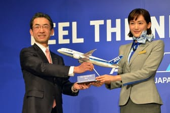 2月19日に行われた発表会に登壇したANAの平子裕志社長(写真左)と女優の綾瀬はるかさん(写真右)