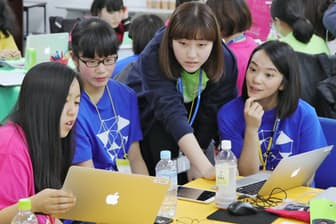 AI講座でパソコンに向かう女子中高生(東京都渋谷区)