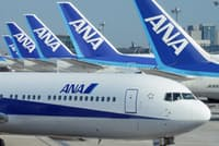 羽田空港に並ぶ全日本空輸の航空機。グループも含め、多くの人が運航を支えている