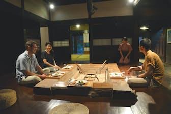 京都・美山(みやま)のかやぶき民家の宿「美山FUTON&Breakfast」で、大きな囲炉裏を囲んでの夕食。この雰囲気すべてが外国人観光客には魅力的なのです。(写真:japan-guide.com)