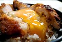 金沢で出合った生卵がのったカツ丼