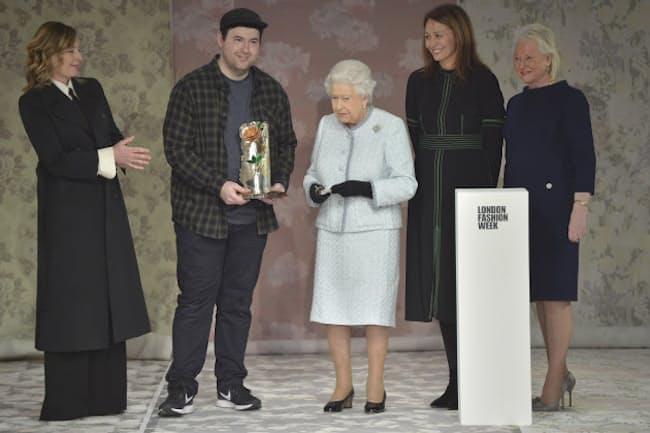 エリザベス女王とリチャード・クイン氏 RICHARD QUINN 2018-19年秋冬ロンドンコレクション (c) Courtesy of Richard Quinn
