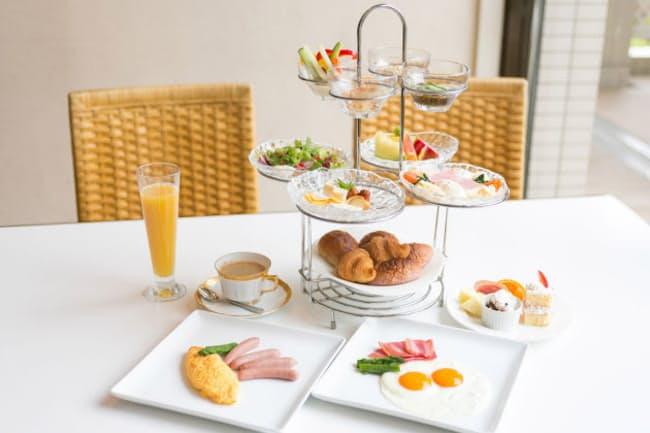 豪華な朝食で気分を上げながら、コミュニケーションで刺激を受ける(nikkei WOMAN Onlineより)=PIXTA