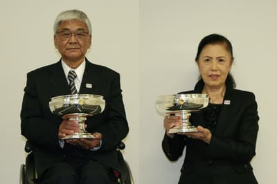 天皇杯を持つ日本車いすバスケットボール連盟の玉川敏彦会長(左)と、皇后杯を持つ日本車いすテニス協会の前田惠理会長(3月23日、日本障がい者スポーツ協会で)
