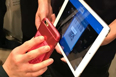 店はタブレットやスマホに専用アプリを入れるだけでスマホ決済に対応できる