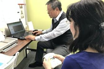 疲労科学研究所は指を入れるだけで疲労状態がわかる機器を開発した(15日、大阪市)