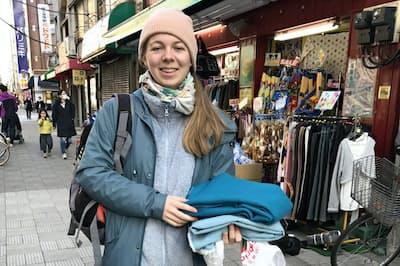 フランスから日暮里繊維街を訪れた観光客(東京都荒川区)