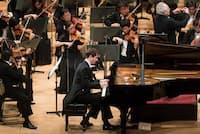 読売日本交響楽団第575回定期演奏会で指揮のユーリ・テミルカーノフと共演、ラフマニノフの「パガニーニの主題による狂詩曲」を弾くニコライ・ルガンスキー(2018年2月16日、サントリーホール=写真提供・読売日本交響楽団)