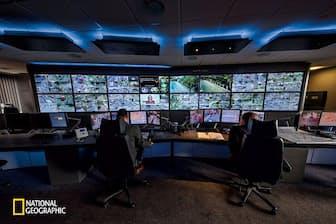 制御室のモニターに映し出される監視カメラからの映像。ロンドンにはこうした監視網が張りめぐらされ、2005年の同時爆破テロの捜査にも役立った(Photograph By Toby Smith/National Geographic)
