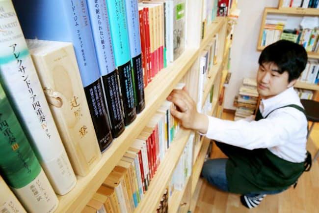 文学、哲学、歴史などの本は「人間」を知る手がかりになる。写真はイメージ(東京都港区の「双子のライオン堂」の書棚)