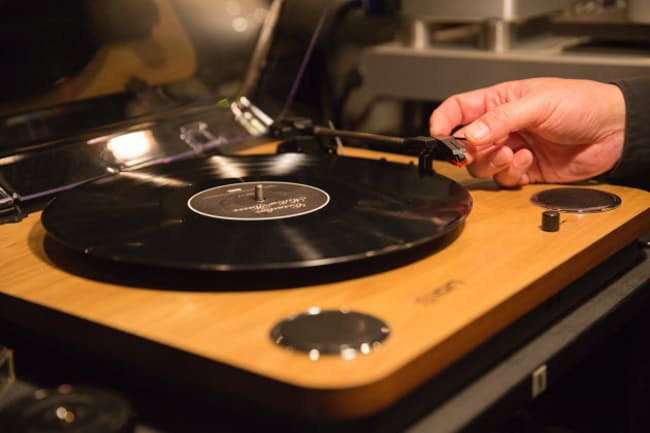 世界的に人気が再燃しているアナログレコード。レコードプレーヤーは日本では1万円以下の安価なものが人気だ。写真はION AUDIOの「Max LP」(写真 田口沙織)