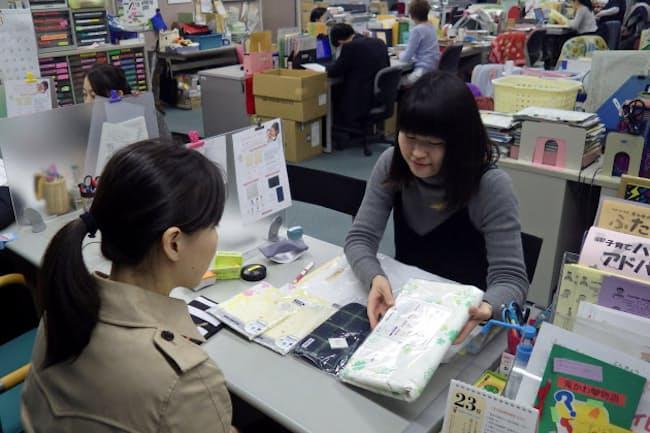 文京区のネウボラ面接では、乳児用肌着など1万円相当が入った「育児パッケージ」を贈る(3月上旬、東京都文京区)