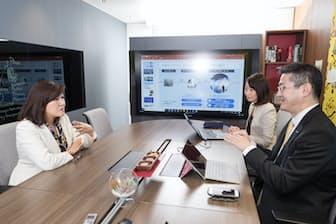 (写真左)白河桃子さん、(右奥)Officeビジネス本部の輪島文シニアプロダクトマネージャー、(右手前)岡部一志業務執行役員コーポレートコミュニケーション本部長(写真:吉村永、以下同)