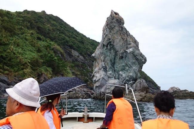 地元の漁師の船が奇岩の間近まで案内してくれる「沼島おのころクルーズ」は迫力満点
