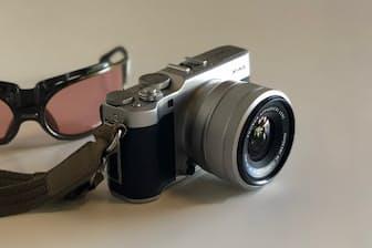 富士フイルムの「Xシリーズ」に新たにラインアップされた「X-A5」。新開発の小型軽量な交換レンズ「フジノンレンズ XC15-45mmF3.5-5.6 OIS PZ」をセットにしたレンズキットが実売で7万円台