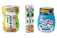 写真左から「日清 水溶きいらずのとろみ上手」(日清フーズ)、「きざみ青じそ」(エスビー食品)、「ふりふり塩こんぶ」(フジッコ)(写真:古立康三、以下同)