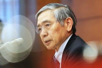 日銀の黒田総裁は当面、長短金利を低位安定させる現行政策を粘り強く続ける構え(3月9日、日銀本店)