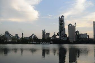 中国は安定成長を続けるため、企業の海外進出を推進している(安徽省のセメント工場) 写真はイメージ