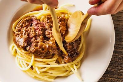 こだわりのハンバーグをパスタの上で豪快に崩す「炭トキドキ薪 ミートスパゲッティ」