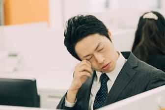 居眠りが習慣化している人は、健康を害する可能性も。写真はイメージ=PIXTA
