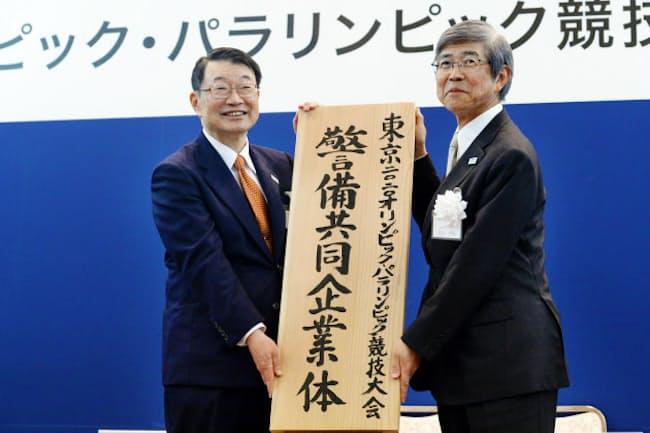東京五輪・パラリンピック警備のJV設立を発表するセコムの中山社長(左)と綜合警備保障の青山社長(3日、東京都千代田区)