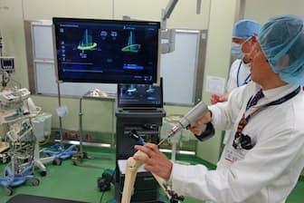 模型を使った骨の切断作業。画面で切断面の角度を確認する(神戸市の神戸海星病院)