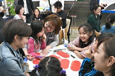 ワークショップに参加する小学生と保護者ら(東京都新宿区のポプラ社)