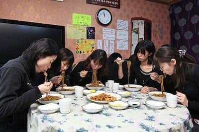 韓国では非モテ男女が黒衣を身にまとい、黒い肉味噌のジャジャン麺を食べる=konest.com