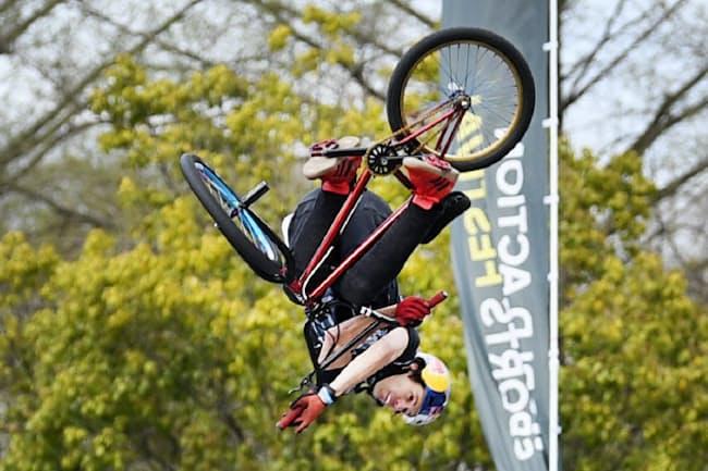 BMXフリースタイルパークで技を決める選手(4月7日、広島市中区)
