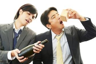 お酒の席で酔いつぶれた人、急性アルコール中毒かどうかを見極めるには? 写真はイメージ=(c)Shojiro Ishihara-123RF