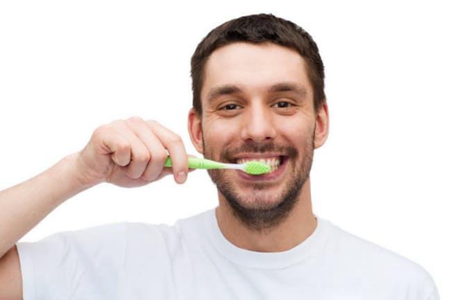 歯を磨いていたら歯ぐきから出血、いつものことだからと気にしていない人も多いかもしれないが…… 写真はイメージ=(c) dolgachov-123RF